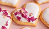 Herzkekse mit essbaren Blüten zum Muttertag