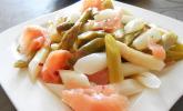 Spargel-Salat mit Räucherlachs und rosa Pfeffer
