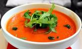 Tomaten-Erdbeer-Suppe mit Minzpesto und Rucola