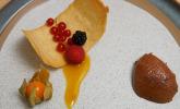 Nachspeise: Mousse au Chocolat mit Passionsfruchtgelee auf einer Hippe