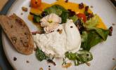 Vorspeise: Wildkräutersalat auf Orangencarpaccio mit Burrata und karamellisierten Tomaten