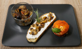 Vorspeise: Italienisches Dreierlei - Antipasti im Sesammantel, Tomaten-Mozzarella-Türmchen, Bruschetta mit Ricotta und Champignons