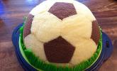 Fußball Charlotte mit Maulwurfkuchen-Füllung