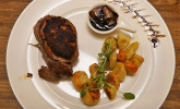 Hauptspeise: Kalbsrückensteak in Meerrettichkruste mit Gnocchi an Demi Glace und Wildkräutersalat