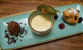 Nachspeise: Apfelstrudel 2.0 mit Vanillesauce, dazu Zartbitter-Schokoladeneis mit weißem Schokoladencrunch