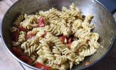 Nudel-Tomaten-Mozzarella-Salat mit Pesto
