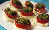 Tomatensalat mit Mozzarella und scharfem Pesto