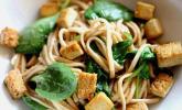 Udon-Nudeln mit Tofu und Spinat in Pfeffersauce
