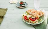 Fladenbrot mit Schafskäse und Salat gefüllt