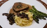 Hauptspeise: Rinderfilet, Estragonsauce, grüner Spargel und hausgemachte Tagliatelle