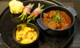 Hauptspeise: Malzbiergulasch mit hausgemachten Kartoffelklößchen und dazu Böhnchen in der Speckschürze