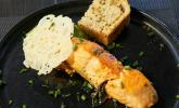 Vorspeise: Mini-Lachssteaks in Sesam auf einem Erbsenpüreebett mit einem Parmesanchip und selbst gebackenem Kräuterbrot