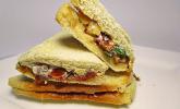 Ziegenkäse mit getrockneten Tomaten und Walnüssen auf Toast