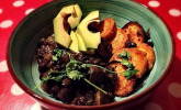 Chili Bowl mit schwarzen Bohnen, Pilzen und gebackenen Süßkartoffeln