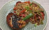 Hauptspeise: Soja-Maishähnchen mit Buchweizennudeln und Wok-Gemüse