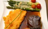 Hauptspeise: Rosa gebratenes Rinderfilet und Schalotten-Rotwein-Reduktion, dazu Kartoffel-Möhren-Stampf mit grünem Spargel und Parmesan