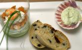 Vorspeise: Eine Komposition aus Guacamole, Lachs und Garnelen zum Cocktail mit mediterranem Brot und Bärlauch-Dip