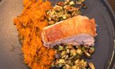 Hauptspeise: Schweinebauch mit Butternusskürbis-Stampf und Apfel-Walnuss-Salsa