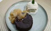 Nachspeise: Himmlisches Zitronen-Minz-Eis an Birnenkompott, dazu saftiger Schokokuchen