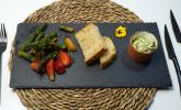 Vorspeise: Warmer Spargelsalat mit Erdbeeren, Landbrot und Bärlauchbutter