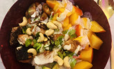 Rosa Reis-Lachs-Bowl mit Mango, Avocado und Wasabi-Dressing