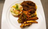 Hauptspeise: Pour toi maman: Jarret de bœuf à la sauce tomate - Tomatensoße kameruner Art, dazu Reis und frittierte Kochbananen