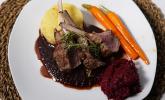 Hauptspeise: Lammkarree mit Kräuterhaube, dazu Kartoffel-Trüffel-Püree, glasierte Möhrchen, Portweinsoße und Rote Bete-Meerrettich