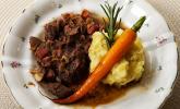 Hauptspeise: Boeuf Bourguignon an Kartoffelstampf mit angeschmiegten glasierten Möhrchen
