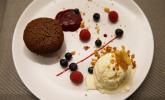 Nachspeise: Schokoküchlein mit flüssigem Kern, Vanille-Zitronen-Eis und Himbeerspiegel