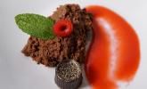 Nachspeise: Mousse au Chocolat mit Himbeerpüree und einer Himbeerpraline
