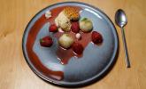 Nachspeise: Erdbeeren mit Limettenschaummousse, Waffeleis und Tonkabohnenbaiser