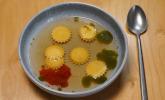 Vorspeise: Frischkäseravioli in Tomatenessenz mit Basilikum-Öl