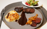 Haupstspeise: Rehrücken mit Kartoffelgratin, Rotweinjus und Wildkräutersalat