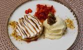 Nachspeise: Tonkabohnen-Eis, Vanilletarte und marinierte Rhabarber-Erdbeeren