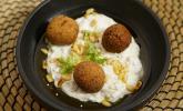 Vorspeise: Knusprige Falafel auf Auberginen-Joghurt-Dip