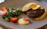 Vorspeise: Dama dama Burger - Damwildburger mit Tannenspitzen-Aioli und Wachtelspiegelei