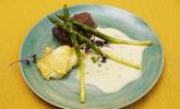 Hauptspeise: Rinderfilet mit Sauce béarnaise, Kartoffelgratin und grünem Spargel
