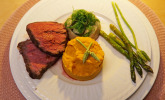Hauptspeise: Rinderfilet mit selbstgemachter Teriyakisauce, zweierlei Püree, Wakame und Gemüse