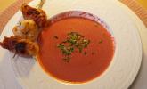 Vorspeise: Rote Bete-Suppe mit Jakobsmuschel im Speckmantel und Garnele, Baguette, Bete-Dip und Bete-Butter