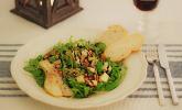 Rezept Rucolasalat mit karamellisierten Birnen, Blauschimmelkäse und Pinienkernen