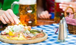 Biergarten-Schmankerl wie Brezel WEißwurst und süßer Senf