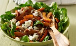 Ein frischer Feldsalat mit Schafskäse und Kürbisspalten als Teil einer gesunde Ernährung
