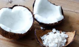 Kokosnüsse und Kokosflocken