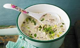 Käsesuppe: Verfeinert mit Hackfleisch, Schmelzkäse und Lauch zur Käse-Lauch-Suppe