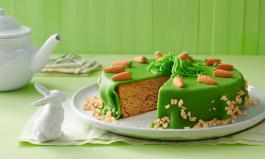 Möhrenkuchen mit österlicher Deko