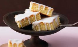 Zitronenkuchen mit einem Guss aus Puderzucker