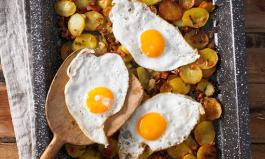 Spiegelei auf Bratkartoffeln: Bei hohem Cholesterinspiegel verboten?