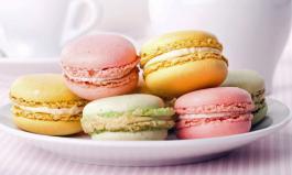 Macarons in zarten Pastellfarben mit weißer Schokoladencreme gefüllt