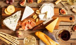 Käseplatte mit verschiedenen Käsesorten