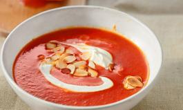 Tomatensuppe mit Mandeln und Sahne